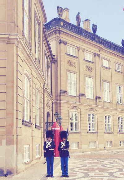 10-copenhagen travel photography of the guards in front of the royal danish palace_creationsawol.com